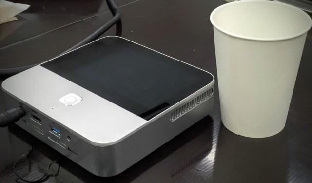SoftBankモバイルシアターと紙コップで大きさ比較